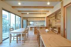 ラウンジの様子2。正面にキッチンがあります。(2014-11-13,共用部,LIVINGROOM,1F)