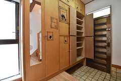 内部から見た玄関の様子。靴箱は専有部ごとに使えるスペースが決まっています。(2016-11-28,周辺環境,ENTRANCE,1F)