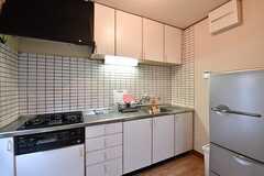 キッチンの様子。冷蔵庫は2台設置されています。(2016-11-28,共用部,KITCHEN,1F)