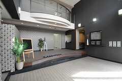 玄関の様子。2Fの廊下からせり出したアーチが特徴的です。(2013-11-28,周辺環境,ENTRANCE,1F)