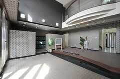 玄関の様子2。玄関脇に靴箱スペースがあります。(2013-11-28,周辺環境,ENTRANCE,1F)