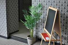 玄関にはイベント等を告知するインフォメーションボードが置かれています。(2013-11-28,周辺環境,ENTRANCE,1F)