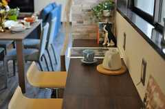 カフェスペースの様子。コンセントが設置されています。(2013-11-28,共用部,LIVINGROOM,1F)