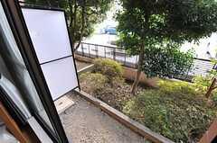 庭の様子。庭の先には駐車場があります。(106号室)(2013-11-28,専有部,ROOM,1F)