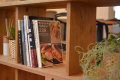 本棚には料理本が並んでいます。(2018-03-20,共用部,LIVINGROOM,1F)