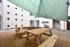 タープの下にはテーブルが設置されています。(2018-03-20,共用部,OTHER,1F)