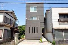シェアハウスの外観。右手奥に玄関があります。(2012-06-14,共用部,OUTLOOK,1F)