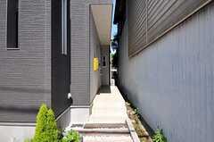 玄関までのアプローチの様子。(2012-06-14,共用部,OTHER,1F)