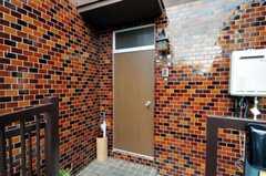シェアハウスの玄関ドアの様子。(2010-07-01,周辺環境,ENTRANCE,1F)