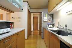 キッチンの様子2。奥は廊下につながっています。(2013-07-30,共用部,KITCHEN,1F)