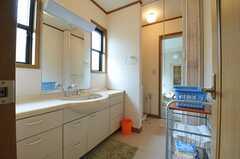 脱衣室の様子。脱衣スペースはアコーディオン式のカーテンで仕切ります。(2013-07-30,共用部,BATH,1F)