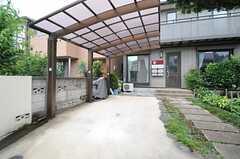 自転車置場の様子。車も停められます。(2013-07-30,共用部,GARAGE,1F)