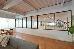 スタジオの様子を、ラウンジから窓越しに伺えます。(2014-12-10,共用部,LIVINGROOM,1F)