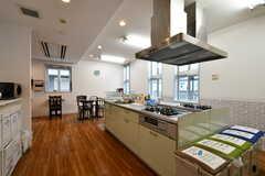 手前にキッチン、奥にリビングスペースがあります。(2020-11-24,共用部,LIVINGROOM,1F)