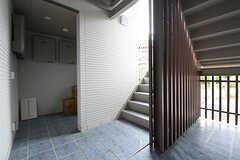 階段の様子。右手はベビーカー置場です。(2016-09-16,共用部,OTHER,1F)
