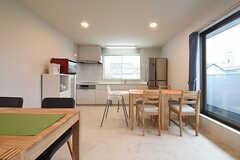 リビングの様子2。奥がキッチンです。(2016-09-16,共用部,LIVINGROOM,2F)