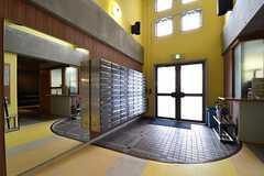 内部から見た玄関周辺の様子。ポストの対面が管理人室です。(2017-04-10,周辺環境,ENTRANCE,1F)