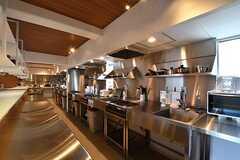 キッチンの様子。シンクとガスコンロは5箇所ずつ設置されています。(2017-04-10,共用部,KITCHEN,1F)