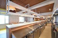 キッチンの対面は作業台です。作業台の下は業務用冷蔵庫が設置されています。(2017-04-10,共用部,KITCHEN,1F)