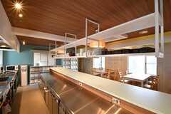 作業台の様子。作業台の上には共用の食器が置かれています。奥に収納棚が設置されています。(2017-04-10,共用部,KITCHEN,1F)