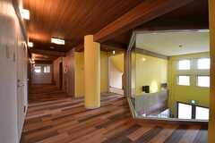 廊下の様子。奥がハンモックスペース「ハンモックの森」です。(A棟)(2017-04-10,共用部,OTHER,2F)