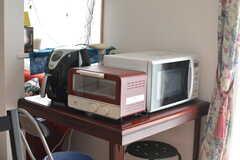 キッチン家電の様子2。カプセルで作れるタイプのコーヒーメーカーもあります。(2020-02-19,共用部,KITCHEN,1F)