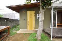 シェアハウスの正面玄関。(2009-06-26,周辺環境,ENTRANCE,1F)