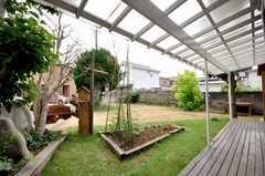 花壇もある。(2009-06-26,共用部,LIVINGROOM,1F)