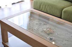 テーブルにはハワイのビーチから持ち帰った貝殻や砂が飾られています。(2014-04-11,共用部,LIVINGROOM,2F)