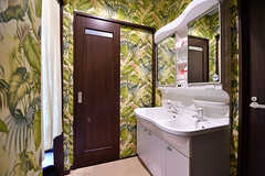 洗面台の様子。壁紙はジャングル。(2017-01-30,共用部,OTHER,1F)