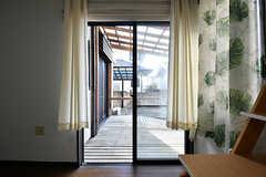 掃き出し窓からはウッドデッキのテラスに出られます。(103号室)(2017-01-30,専有部,ROOM,1F)