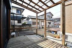 ウッドデッキテラスの様子。屋根がついています。104号室と共用です。(103号室)(2017-01-30,専有部,ROOM,1F)