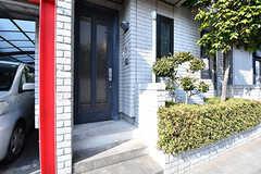 外からみた玄関ドアの様子。直接出入りができます。(105号室)(2017-01-30,専有部,ROOM,1F)