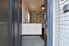 玄関から見た内部の様子。土間も広めです。(105号室)(2017-01-30,専有部,ROOM,1F)