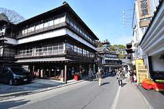 成田山に向かう参道の様子3。古い建物の多い町並みです。(2017-01-30,共用部,ENVIRONMENT,1F)