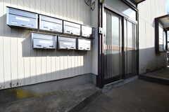 玄関の様子。玄関ドアの脇に郵便受けが専有部ごとに設置されています。(2020-02-19,周辺環境,ENTRANCE,1F)