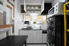 キッチンの上は収納です。収納には専有部ごとにミニバスケットが用意されています。(2020-02-19,共用部,KITCHEN,1F)