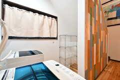 洗濯機の対面には洗剤などを置いておける棚が設置されています。(A棟)(2017-10-06,共用部,LAUNDRY,1F)