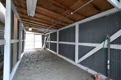 洗濯物干し場の様子2。屋根付きです。(B棟)(2017-10-06,共用部,LAUNDRY,1F)