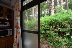 掃出し窓の先は森です。(2018-05-29,共用部,OTHER,1F)