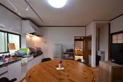 キッチンの脇に冷蔵庫と収納棚が並んでいます。(2018-05-29,共用部,KITCHEN,1F)