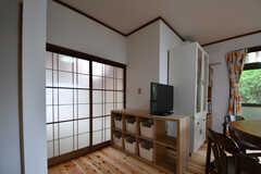 TVの置かれている棚に、収納が用意されています。(2018-05-29,共用部,KITCHEN,1F)