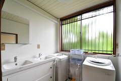 バスルームに洗面台と洗濯機が2箇所ずつ設置されています。(2018-05-29,共用部,BATH,1F)