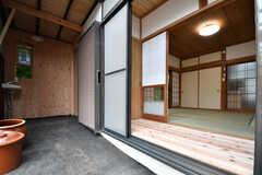 カフェ側から見た縁側の様子。(101号室)(2018-05-29,専有部,ROOM,1F)