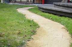 玄関へのアプローチ。幅はちょっぴり狭めです。(2013-10-10,周辺環境,ENTRANCE,1F)