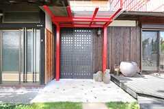 シェアハウスの玄関ドアの様子。改装した際、新設したのだそう。(2013-10-10,周辺環境,ENTRANCE,1F)