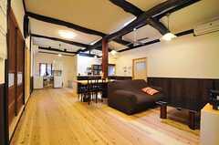 リビングの様子。天井が高いです。(2013-10-10,共用部,LIVINGROOM,1F)