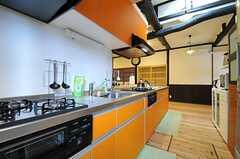 キッチンの様子2。シンクとコンロは2台ずつあります。(2013-10-10,共用部,KITCHEN,1F)