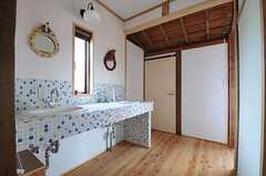 廊下の様子。洗面台が設置されています。(2013-10-10,共用部,OTHER,2F)