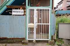 玄関前の門扉の様子。(2015-10-01,周辺環境,ENTRANCE,1F)